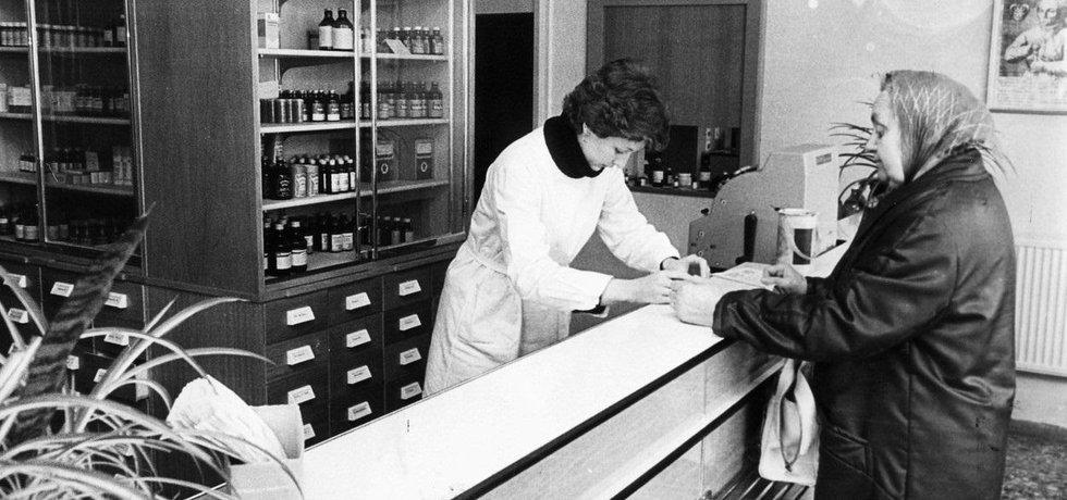 Lékárna v rámci východoněmecké polikliniky v roce 1981, ilustrační foto
