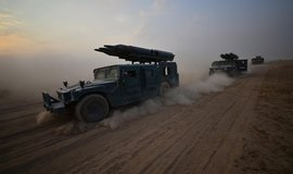 Vozidla irácké armády na cestě k teroristům v Havídže