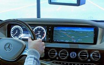 Navigace v autě - ilustrační foto