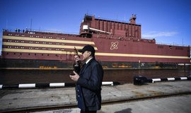 """Ruská """"plovoucí jaderná elektrárna"""" Akademik Lomonosov připlouvá do přístavu v Murmansku, aby naložila jaderné palivo, s nímž poté odplula na Sibiř. Na její palubě jsou dva 35MW jaderné reaktory Rosatomu."""