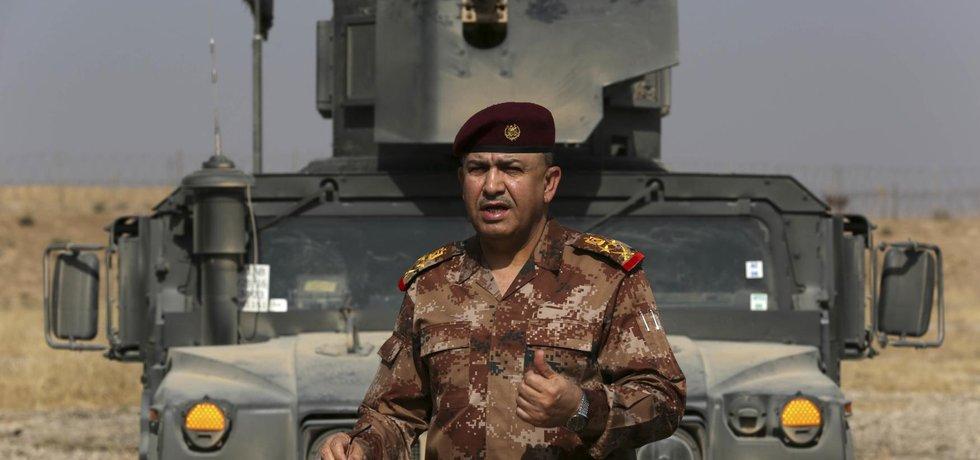 Velitel společně vedené operace armádní generál Talib Shaghati mluví s novináři agentury AP