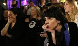 Volební štáb Pirátů očekává výsledky voleb. V popředí předsedkyně Birgitta Jonsdottirová.