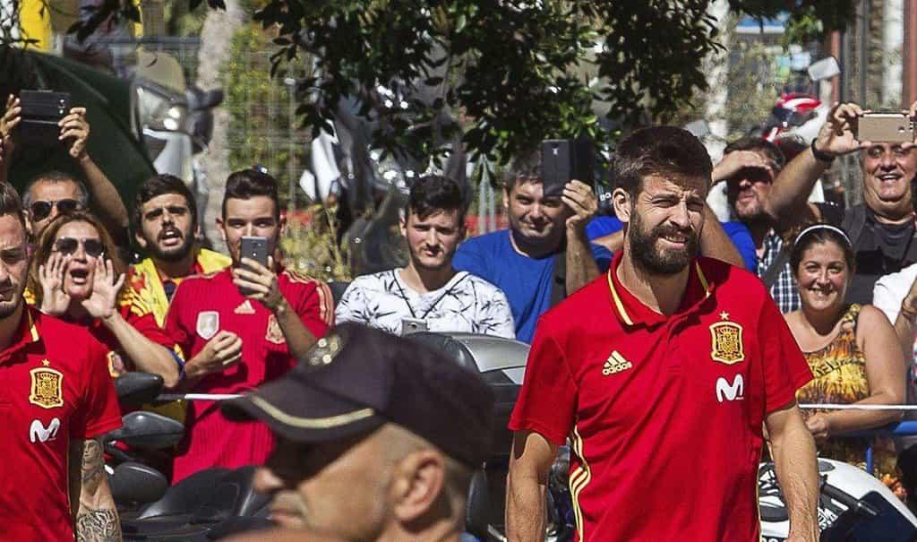 """Gerard Piqué – Jen o pár dní později vyrazil Piqué na reprezentační sraz španělského národního týmu. Někteří příznivci mu na tréninku dávali najevo, že není vítán. """"Piqué, jsi hlupák. Táhni, vypadni z reprezentace!"""" křičeli na něj."""