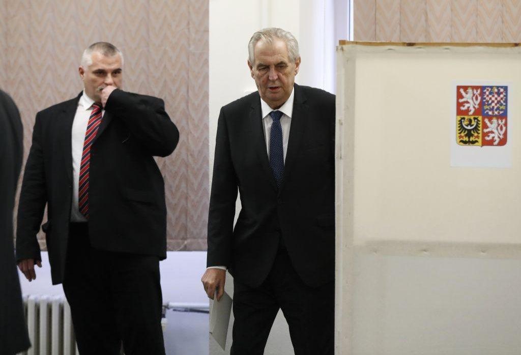 Miloš Zeman ve volební místnosti