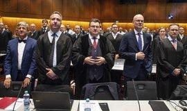 V Německu začal soudní proces, v němž se investiční společnost Deka Investment domáhá od koncernu Volkswagen odškodného za ztráty způsobené skandálem kolem manipulací s měřením emisí.