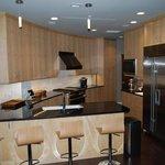 Survival Condo (Kansas) Jednotlivá bytová patra jsou plně vybavená. Kromě základních propriet jsou v nich k dispozici i bazény, kinosály či učebny. Každá bytová jednotka je zásobena jídlem na pět let.