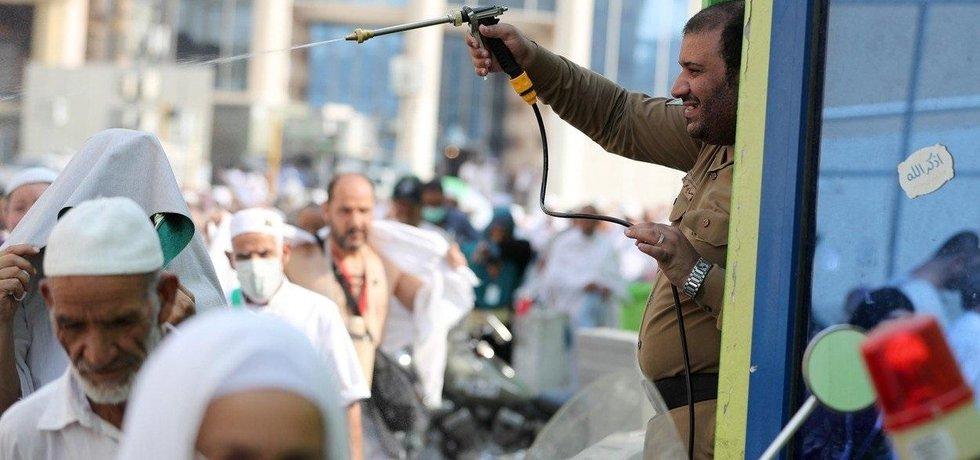 Chlazení poutníků ve městě Mekka vodou, ilustrační foto