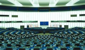 Evropští poslanci dnes ve Štrasburku vyzvali Evropskou komisi a členské státy, aby pozastavily přístupová jednání s Tureckem, pokud Ankara začne beze změny uplatňovat ústavní reformy upevňující moc prezidenta Recepa Tayyipa Erdogana.