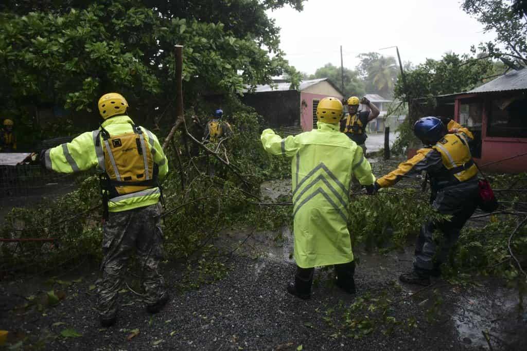Záchranáři odklízejí z cesty popadané větve