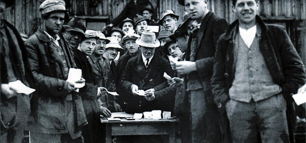 Sociálně citlivý starosta rakouského městečka Wörgl, Michael Unterguggenberger začal za krize ve 30. letech vydávat vlastní peníze.