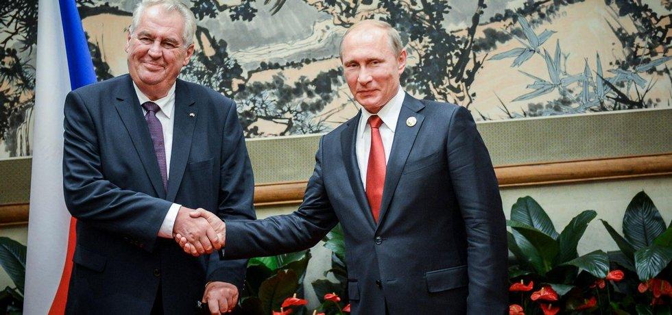 Český prezident Miloš Zeman (vlevo) se v Pekingu setkal s šéfem Kremlu Vladimirem Putinem