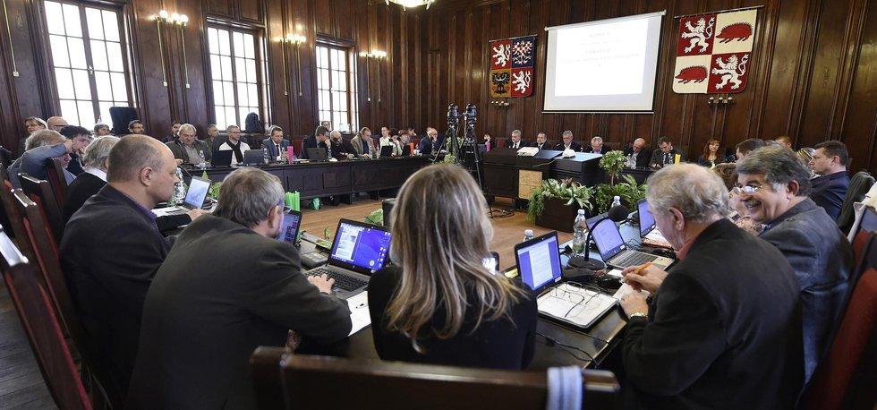 Jedna z pěti nově zvolených radních za ANO Jana Mayerová (uprostřed) a primátor Rudolf Chloupek z ČSSD (vpravo) na mimořádném zasedání městského zastupitelstva 15. listopadu v Jihlavě. Vlevo je tajemník magistrátu Lubomír Dohnal.