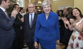 Britská premiérka Theresa Mayová navzdory volebnímu debaklu sestavuje novou vládu