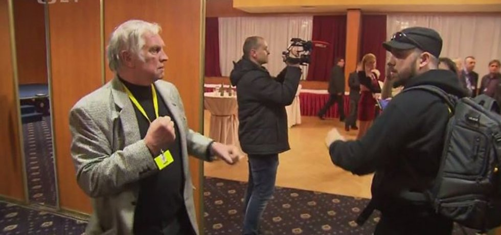 Napadení novináře ve štábu Miloše Zemana (vlevo Karel Slezák)