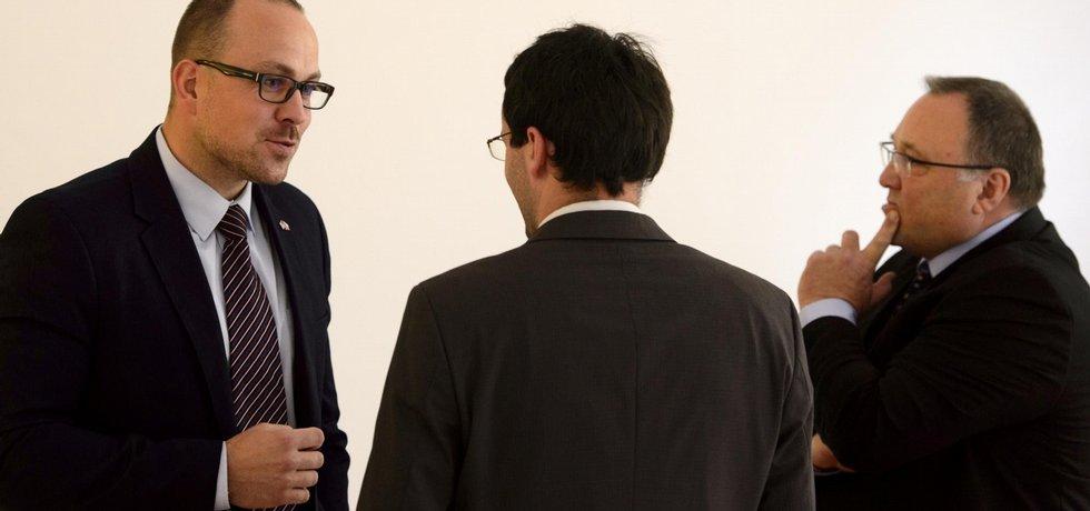 Bývalý generální ředitel Neographu Vladimír Sitta starší (vpravo) a jeho syn Vladimír (vlevo), někdejší obchodní šéf Neographu, se radí s právním zástupcem při dřívějším stání.