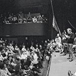 Zrod Občanského fóra, 19. listopadu 1989. Na popud Václava Havla se v pražském divadle Činoherní klub sešli představitelé různých skupin opozice, aby se dohodli na společném postupu. Ve večerních hodinách založili společnou platformu nazvanou Občanské fórum.