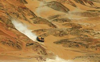 Černo-žlutý kamion české posádky Martina Macíka se po páté etapě letošního Dakaru držel na třináctém místě