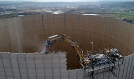 Demolice chladící věže jaderné elektrárny Mülheim-Kärlich v Porýní-Falci. Stroj bourá stěnu věže vždy o tři metry.