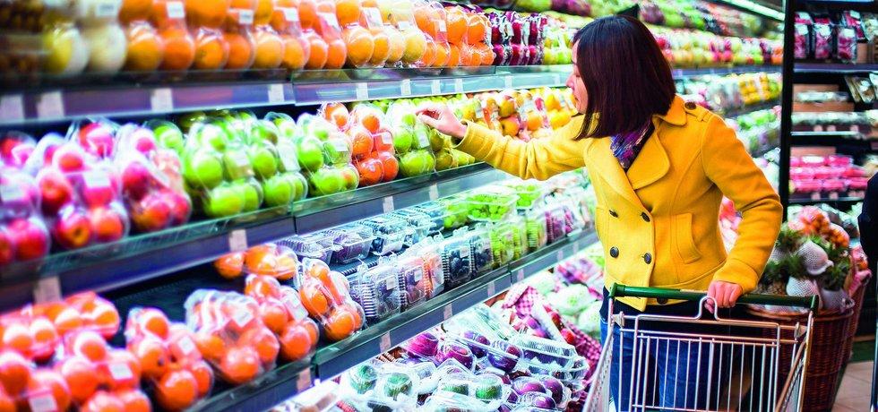 Žena nakupuje zboží