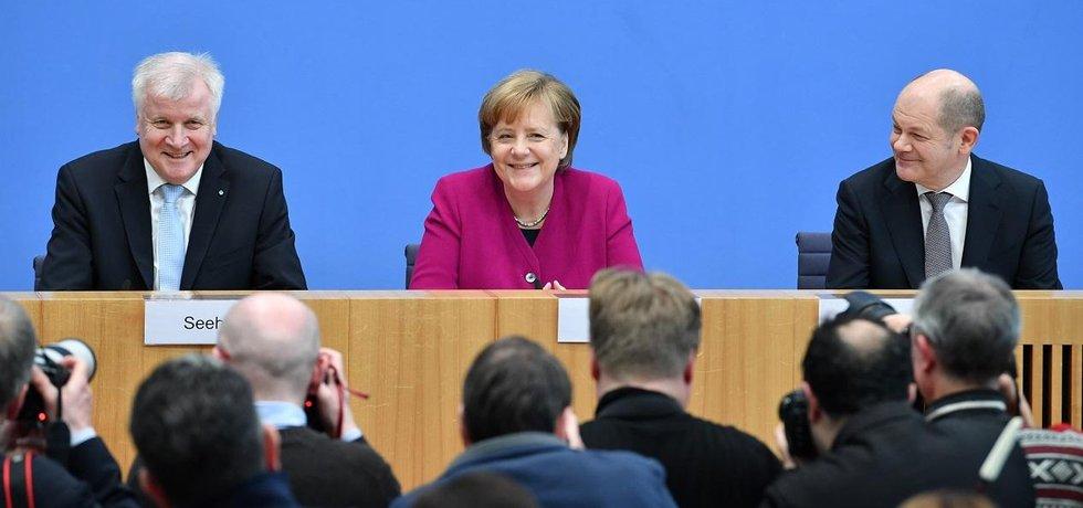 Horst Seehofer (CSU), Angela Merkelová (CDU) a Olaf Scholz (SPD) na tiskové konferenci po podpisu koaliční smlouvy