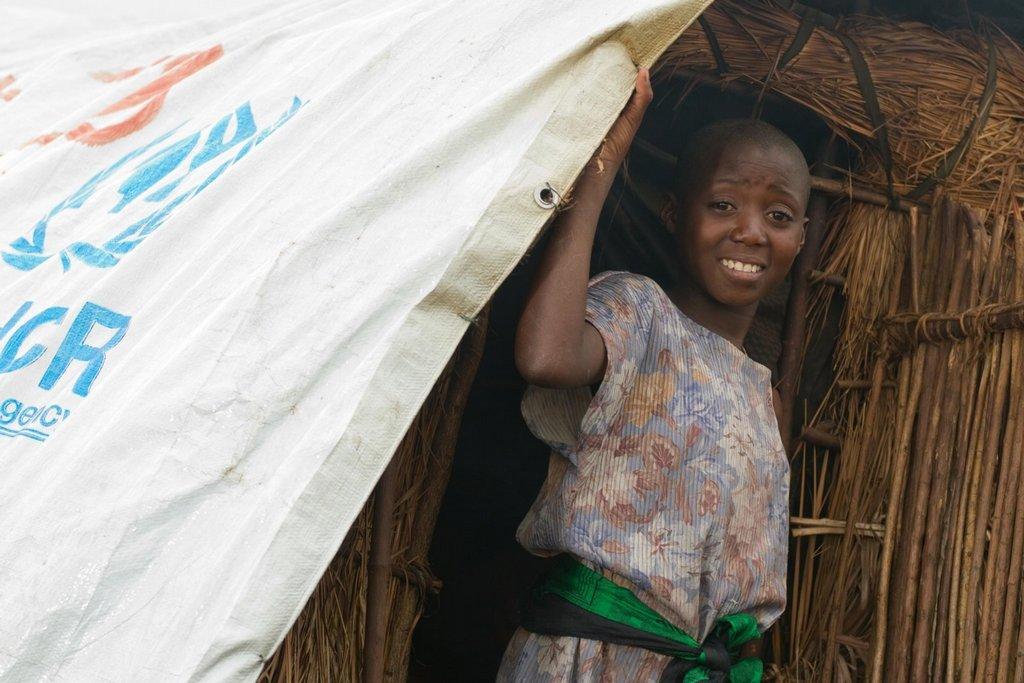 Uprchlický tábor poblíž Gomy v provincii Severní Kivu, Demokratická republika Kongo. Do táborů se stahují vesničané z pralesa před útoky ozbrojených milicí. Oblast zmítá násilí už skoro dvacet let a situace se nelepší. To, co živí válku, je obrovské nerostné bohatství oblasti.