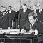 Havlův slib, 29. prosinec 1989 Václav Havel stvrzuje ústavní slib svým podpisem poté, co byl 29. prosince 1989 ve Vladislavském sále Pražského hradu zvolen prezidentem ČSSR