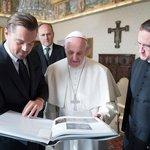 Papež František v lednu 2016 přijal amerického herce Leonarda DiCapria, který založil nadaci na ochranu přírody.