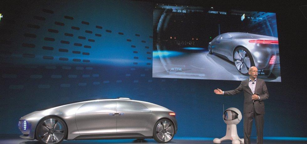 Šéf automobilky Mercedes-Benz Dieter Zetsche představuje model F 015