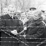 Pád železné opony, prosinec 1989. Dráty mezi Hatěmi a Kleinhaugsdorfem na československorakouské hranici 17. prosince společně symbolicky přestřihli ministři zahraničí Alois Mock a Jiří Dienstbier.