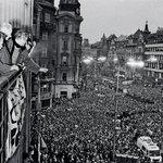 Oslava na Melantrichu, 24. listopadu 1989. Václav Havel oznamuje rezignaci Miloše Jakeše a celého vedení ÚV KSČ.