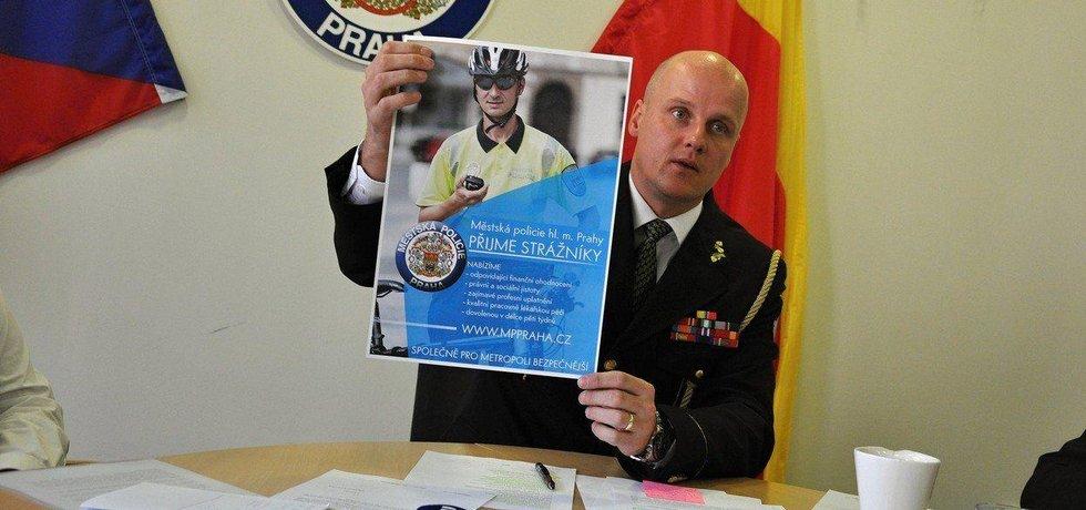 Před čtyřmi lety oznamoval Eduard Šuster v čele pražské Městské policie nábor nových strážníků
