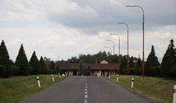 Vysočany leží nedaleko Chomutova. Už příjezdová cesta lemovaná cypřiši navodí pietní atmosféru.