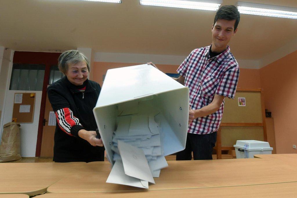 Úderem druhé hodiny odpoledne se volební místnosti zavřely, urny otevřely. Účast ve volbách byla dle odhadů nízká, kolem 30 procent.