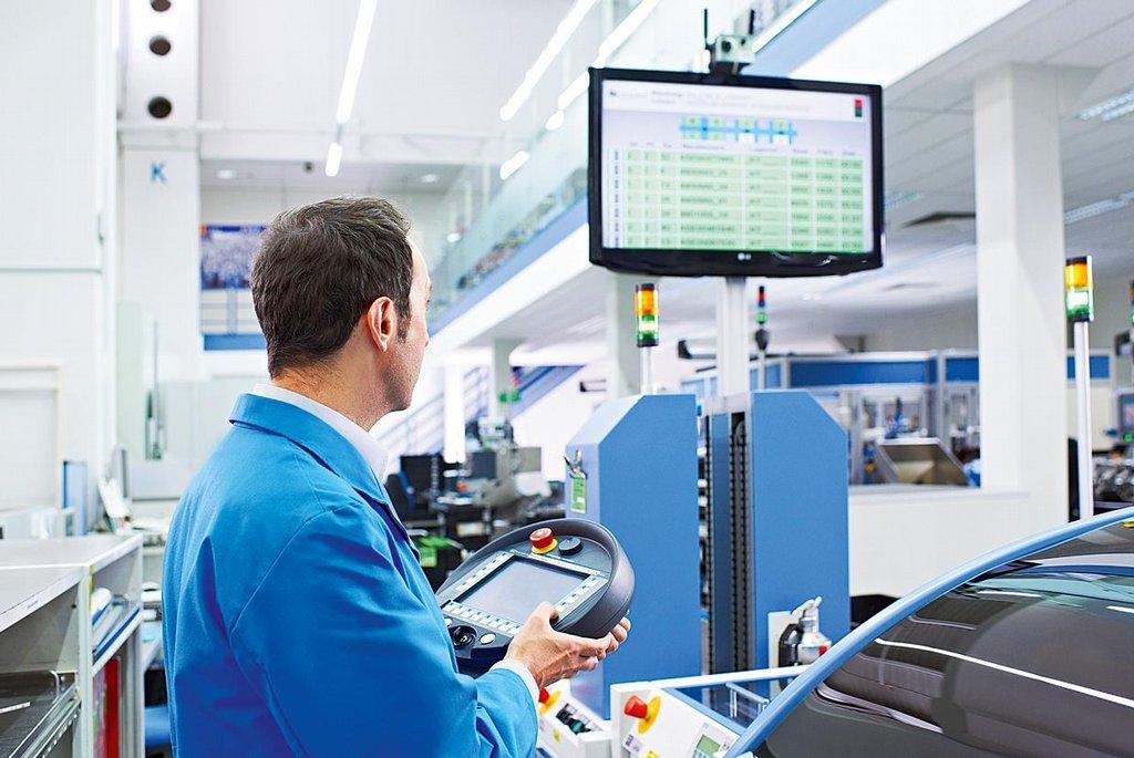 Důvěřujeme strojům. Lidé v závodu buď dohlížejí na to, jestli stroje fungují správně, nebo se po jejich boku zapojují do konečné montáže výrobků