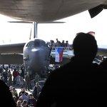 Návštěvníci Dnů NATO 2019 si prohlížejíí strategický proudový bombardér Boeing B-52 Stratofortress americké armády.