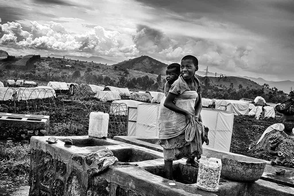 Goma, tábor Mugunga I. Foceno v roce 2008, stav od té doby prakticky nezměněný. Prales ovládají povstalci, kteří si jen čas od času vymění jméno.
