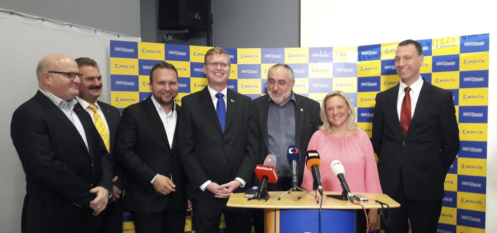Vítězná KDU-ČSL během brífinku k vyhlášení výsledků závěrečného kola senátních voleb