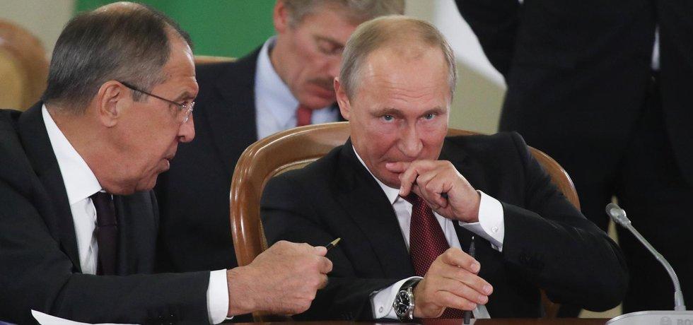 Ruský vůdce Vladimír Putin s ministrem zahraničí Sergejem Lavrovem