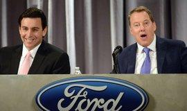 Šéf Fordu Mark Fields (vlevo) už s důvěrou Williama Forda počítat nemůže