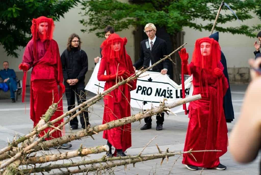 Pohřeb za naše lesy v Brně. Happening Extinction Rebellion.