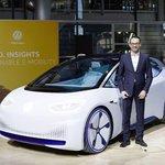 Elektromobil I.D. Neo a manažer VW Christian Senger.