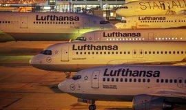 Letadla Lufthansy na letišti ve Frankfurtu