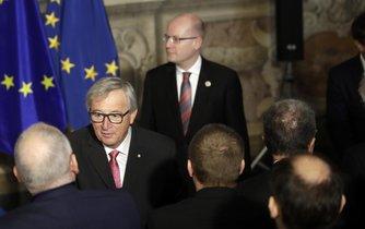 Český premiér Bohuslav Sobotka (v pozadí) a předseda Evropské komise Jean-Claude Juncker