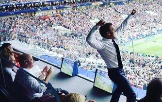 Francouzský prezident Emmanuel Macron slaví během finále fotbalového šampionátu