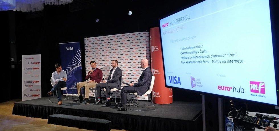 Jak budeme platit? Internet a online platby mění zavedené pořádky v platebním byznysu. Zisky si mezi sebou podělí noví fintechoví hráči, karetní společnosti i tradiční bankovní domy