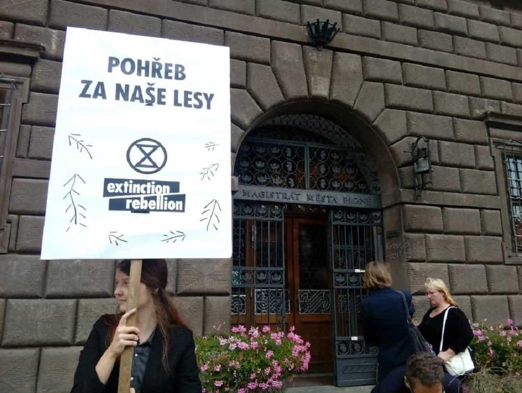 Pohřeb za naše lesy v Plzni. Happening Extinction Rebellion.
