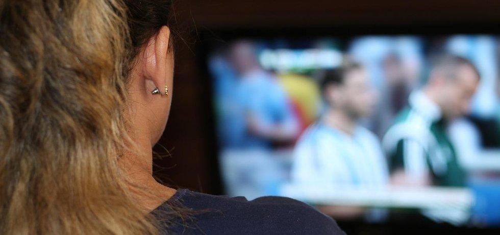 Sledování fotbalu v televizi - ilustrační foto (Zdroj: Pixabay.com)