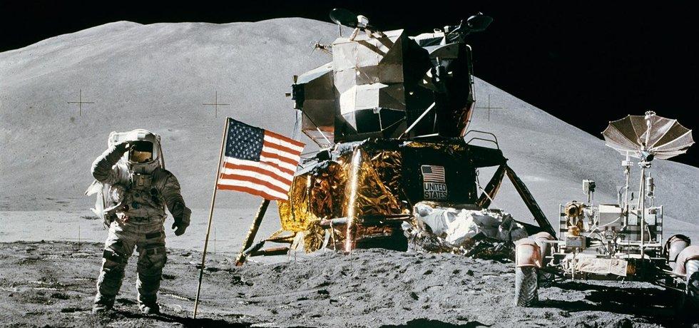 Americký astronaut na povrchu Měsíce