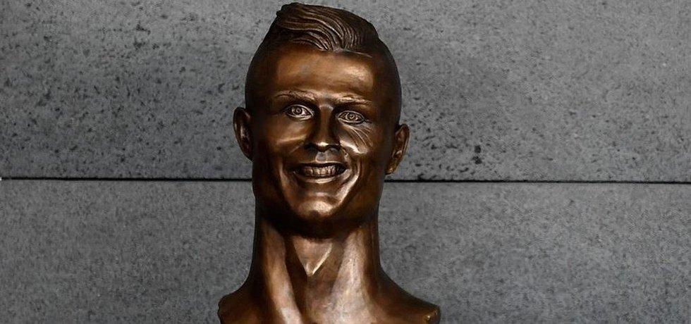 Busta Cristiana Ronalda na letišti v Madeiře, která vzbudila rozporuplné reakce.