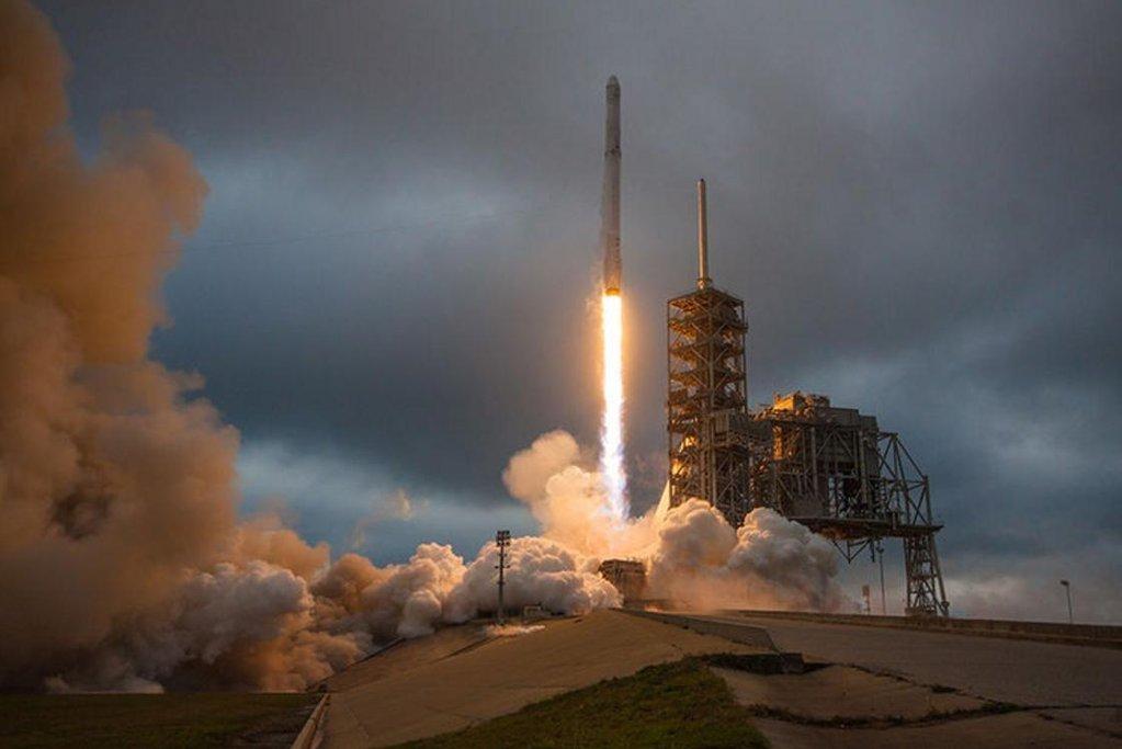 Start rakety Falcon 9 s modulem Dragon.